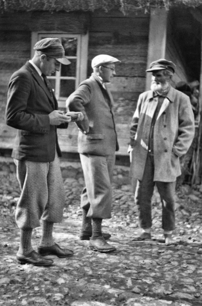 Józef Obrębski and Jan Teodorowicz talking with a man from Horyzdryche at Polesie, 1934.