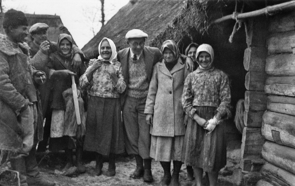 Józef Obrębski with a group of girls from Horyzdryche. Polesie 1934.